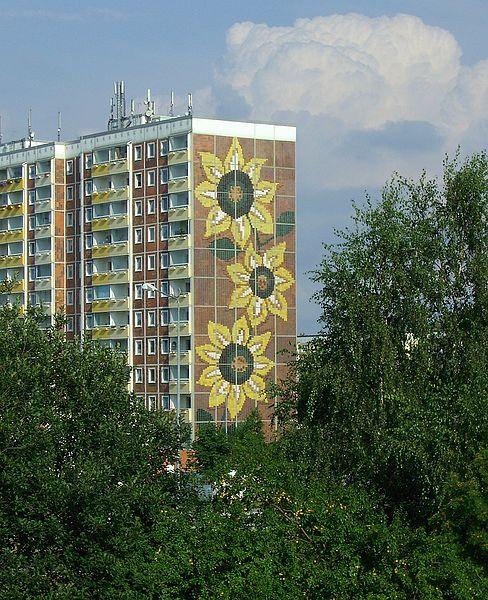 Das Sonnenblumenhaus in Rostock-Lichtenhagen, der Ort der rassistischen Ausschreitungen in 1992 (Foto: mc005, Wikimedia Commons, Lizenz: CC BY-SA 3.0)