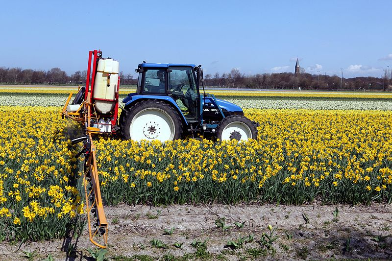 800px-New_Holland_TL_90_and_field_sprayer_1